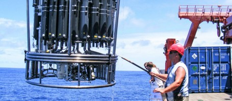 Water sampling with a CTD system. Since 2008 the SFB 754 investigates intensively the oxygen minimum zones in the tropical Pacific. Photo: Martina Lohmann, GEOMAR.