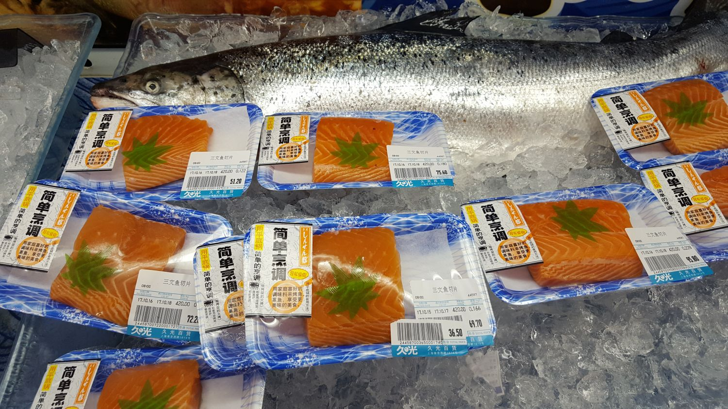 Salmon packed in the cooling shelf of a high-end supermarket in Shanghai/China. Kiel researcher developed a new method for tracing protein sources of farmed and wild salmon Foto: Thomas Larssen, Kiel University