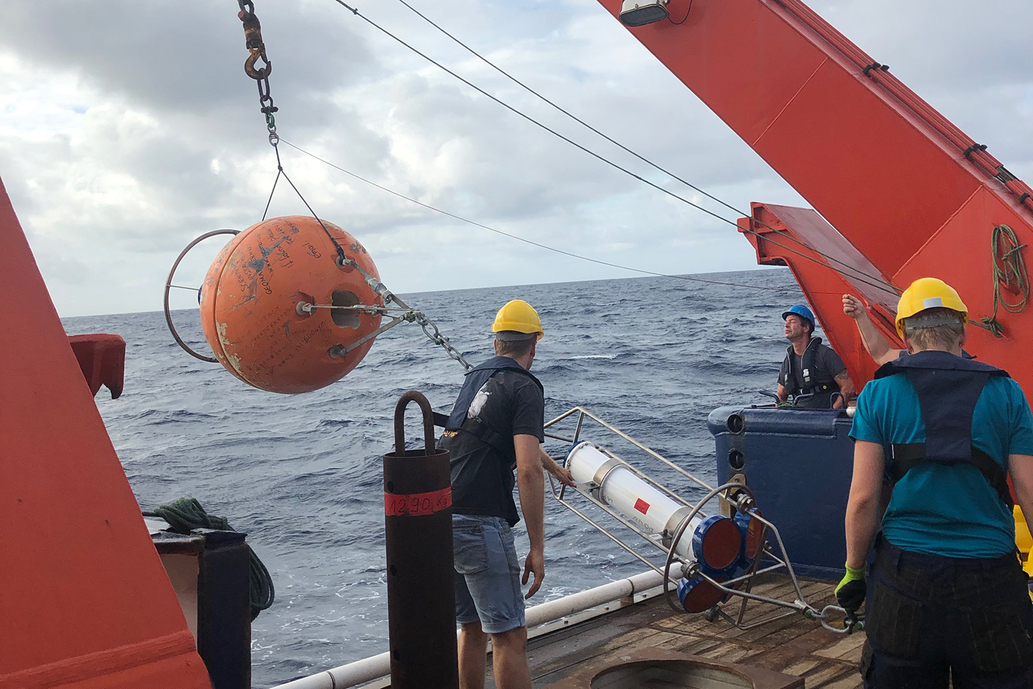 Launch of a mooring in the tropical Atlantic. Photo: P. Brandt, GEOMAR